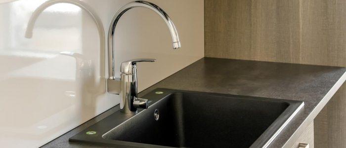 Tyylikäs keittiön vesihana ja musta tiskiallas